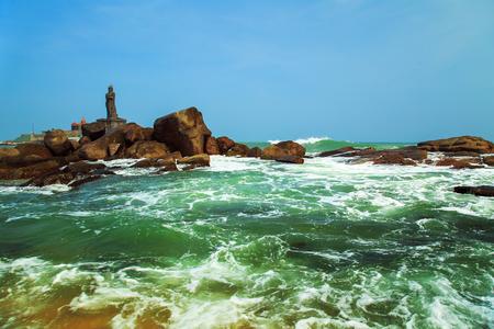 amanecer: Las olas rompen las rocas de la costa de Kanyakumari. El punto más meridional de Hindustan y de Eurasia. Foto de archivo