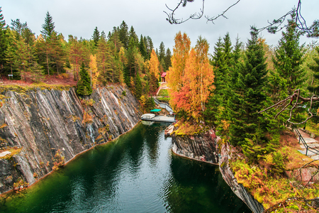 Abandoned marble canyon in the mountain park of Ruskeala, Karelia, Russia. Awesome autumn landscape. 免版税图像
