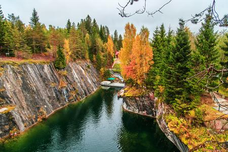 Zaniechany marmurowy jar w halnym parku Ruskeala, Karelia, Rosja. Wspaniały jesienny krajobraz.