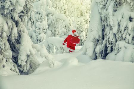Authentischer Weihnachtsmann in Lappland. Herrliche verschneite Landschaft.