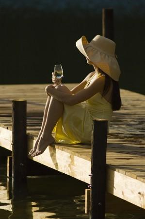 vetical: Mujer sentada en un banquillo en Sud�frica vi�edo Foto de archivo
