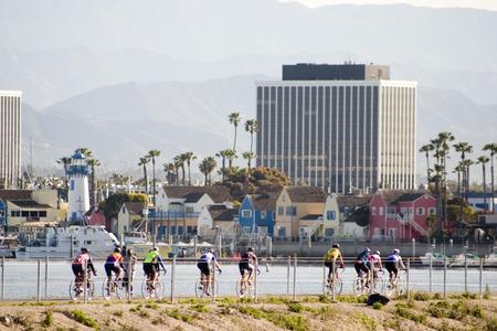 Grupo de ciclistas en sus primeras horas de la mañana a lo largo del paseo del puerto en Playa del Rey Foto de archivo - 1720696