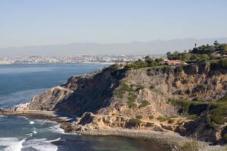 パロスベルデスの海岸線と遠い眺めからサンタモニカー湾