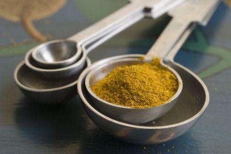 黄色のスパイス スプーンを測定