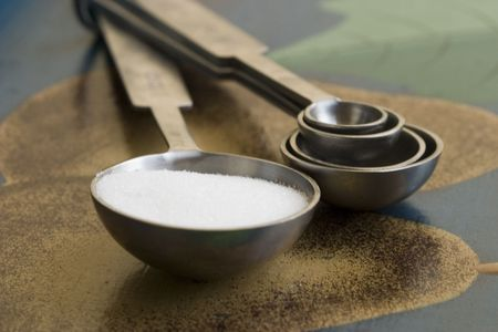measuring spoons: Set of measuring spoons and sugar
