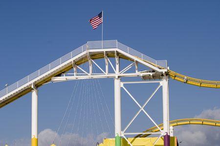 遊園地とサンタモニカー桟橋でアメリカの国旗