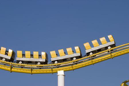 サンタモニカー桟橋のトラック上でスピードアップ黄色い電車車 写真素材