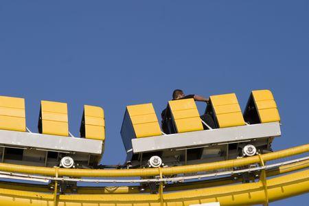 サンタモニカーの遊園地でによる高速黄色い車 写真素材