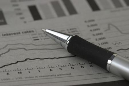 ペンと株式チャート 写真素材