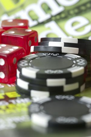 黒のポーカー チップは、赤のダイス