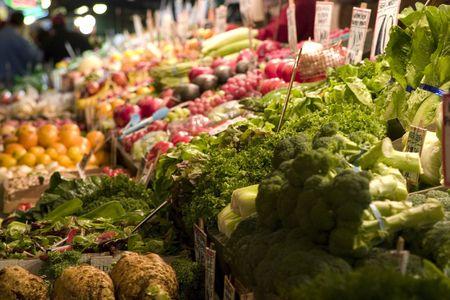 sunday market: frutas y hortalizas para la venta en el mercado el domingo