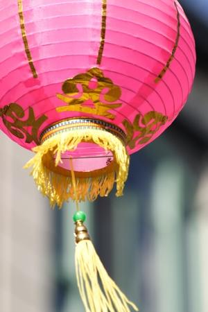 ピンクの紙のランタン、風に吹かれて