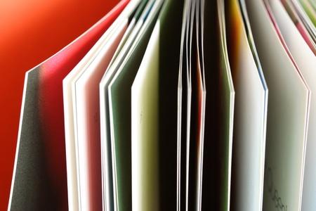 コーヒー テーブルの本のかなりのページ