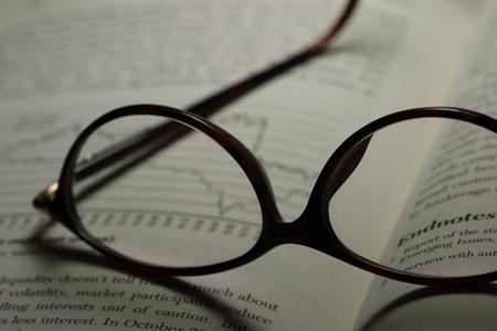 Par de anteojos en un libro de finanzas Foto de archivo - 10465284