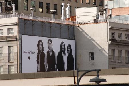 Famoso Beatles cartel frente South Street Seaport en Nueva York Foto de archivo - 10484647