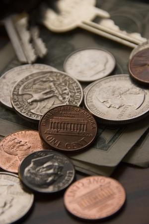 Monedas y las llaves en una mesa Foto de archivo - 13506225