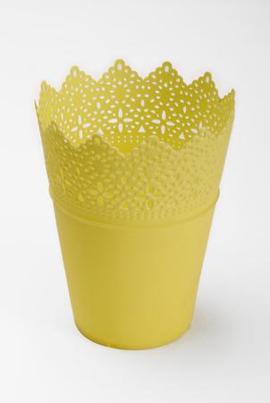 ollas de barro: Empty plastic flowerpot isolated on white background
