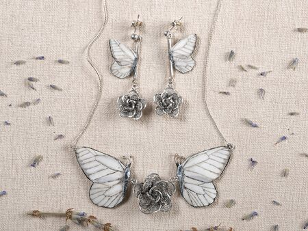 Handmade copper and silver jewelry in the shape of butterfly from the genus Aporia crataegi. Handmade jewelry Imagens
