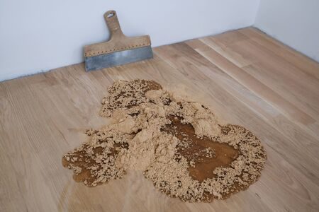 Wooden fine dust, spatula and other parquet accessories, parquet grout material, pre-varnishing phase