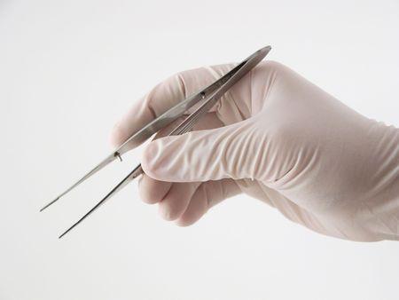 Hand hält Pinzette