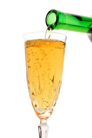 wine pouring: Versando il vino bianco scendere da una bottiglia di vino contro sfondo bianco