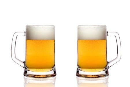 bier glazen: Bier glazen tegen een witte achtergrond