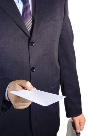 sobres para carta: Empresario entregar una carta en blanco contra el fondo blanco