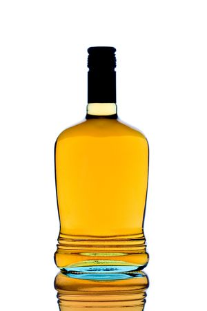 whiskey bottle: Whiskey botella contra el fondo blanco