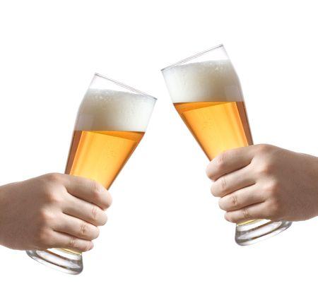 bier glazen: Twee mensen houden van bier glazen tegen een witte achtergrond  Stockfoto