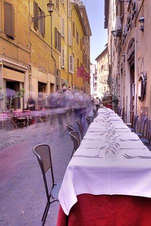 italienisches essen: Street-Szene aus Rom, Italien zeigt ein Restaurant Lizenzfreie Bilder