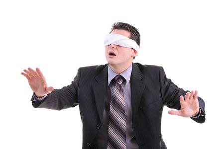 ojos vendados: Desorientado hombre de negocios aislada en fondo blanco