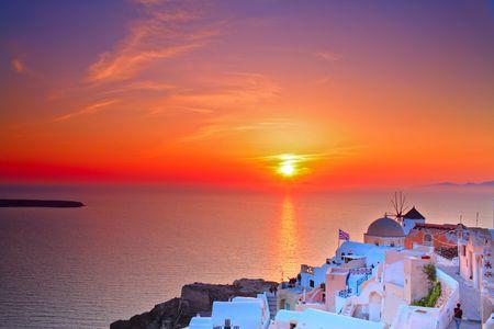 Puesta del sol en Oia pueblo en la isla de Santorini, Grecia