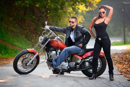 motorrad frau: Biker und ein attraktives M�dchen