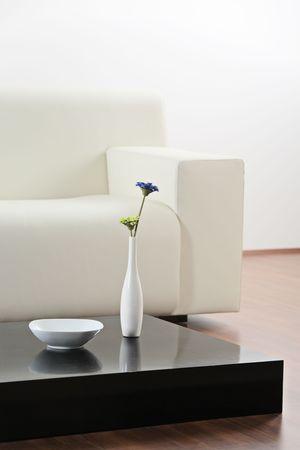 leasure: Un vaso di fiori a tavola e nella moderna sala Archivio Fotografico