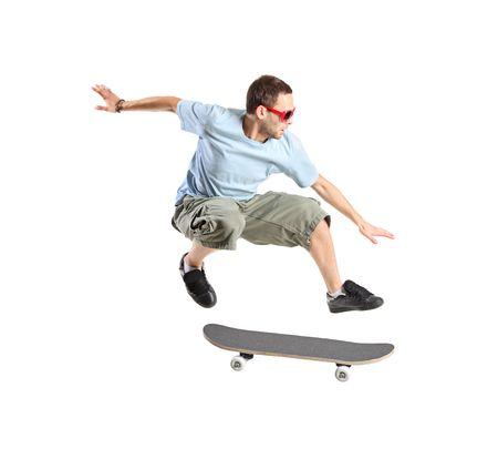 Een skateboarder springen geïsoleerd op een witte achtergrond