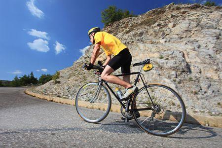 ciclista: Una vista de un ciclista en bicicleta
