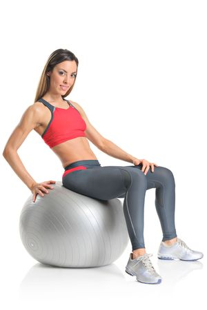 pilate: Pilates Instructor montrant l'exercice avec une balle isol�e sur fond blanc