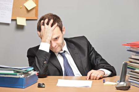 desilusion: Trabajador triste en una Oficina Foto de archivo