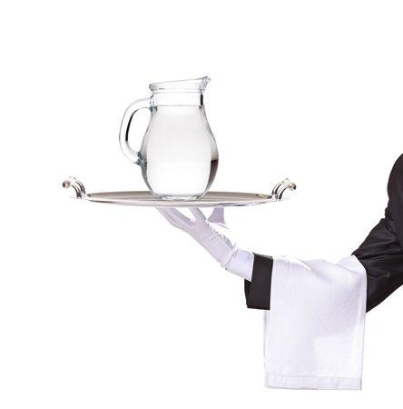 purified: Camarero sosteniendo una bandeja de plata con una jarra de agua en �l