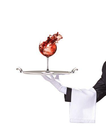 meseros: Un Batallador sosteniendo una bandeja de plata con vaso de vino aislada sobre fondo blanco