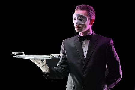trays: Buttler met een gezichts masker houden een lade Stockfoto
