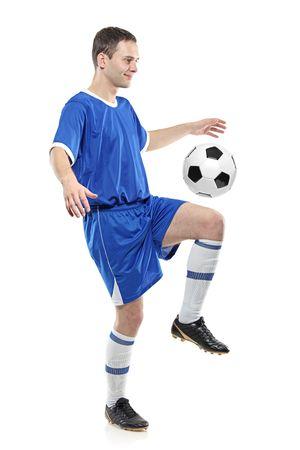 ropa deportiva: Jugador de f�tbol con una pelota aislada sobre fondo blanco Foto de archivo