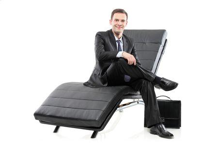 blithe: Un hombre de negocios situado en un sof� aislado sobre fondo blanco