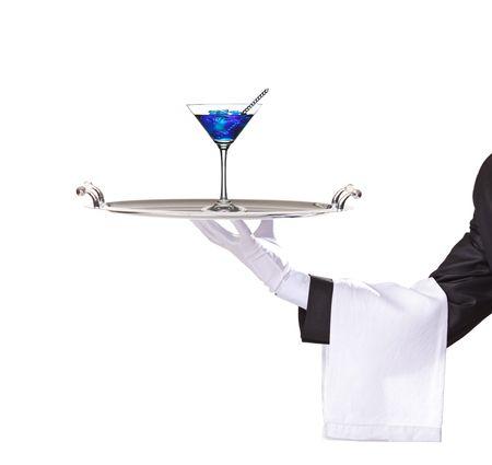 charolas: Un mayordomo sosteniendo una bandeja con c�ctel curacao azul en ella aislados en blanco