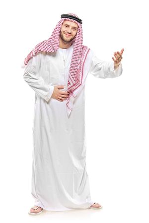 Une personne arab accueillante isolée sur fond blanc