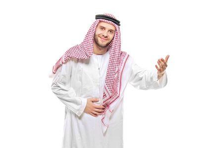 homme arabe: Une personne arab accueillante isol�e sur fond blanc Banque d'images