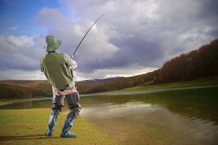 euphoric: Un giovane pescatore euforico isolato su sfondo bianco