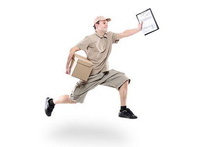 Cartero en una prisa entrega de paquete aislado en blanco Foto de archivo