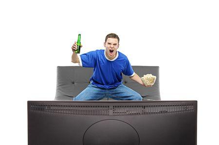 mann couch: Begeistert Man beobachten Sport auf einem Fernsehger�t auf wei�en Hintergrund isoliert