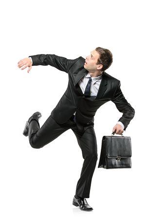 asustado: Un empresario teme correr aislado sobre fondo blanco